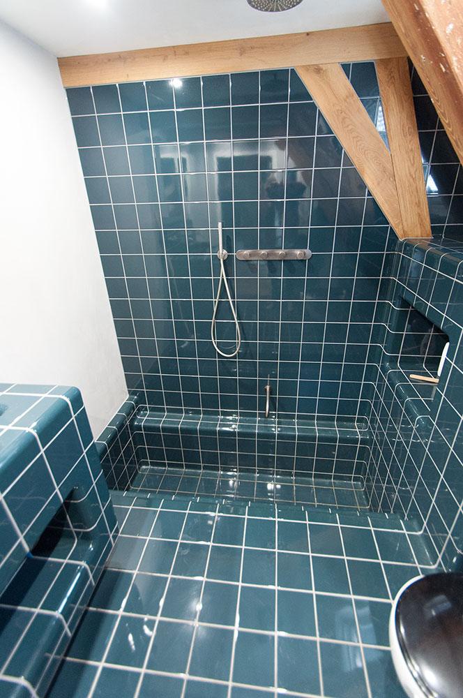 badkamer met hoektegel groen