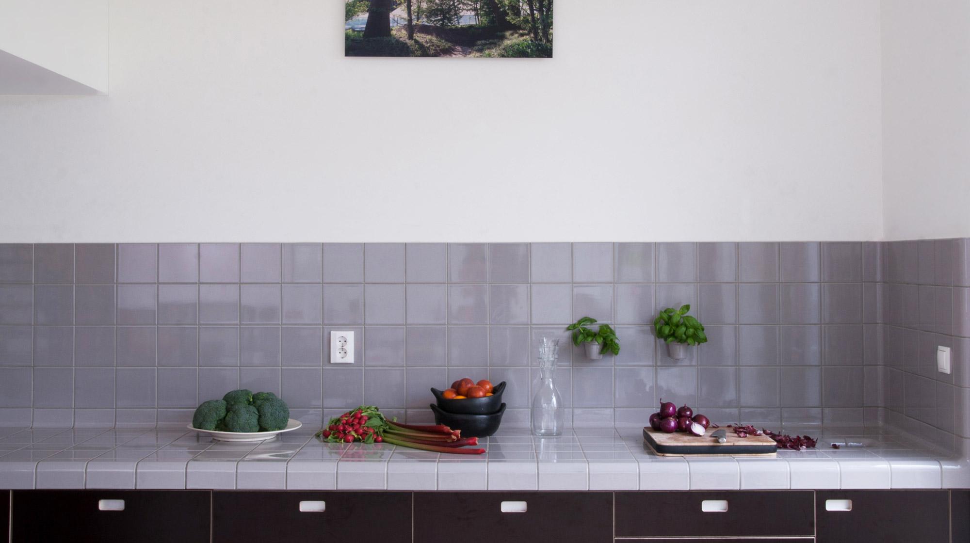 keuken met afgeronde tegels grijs