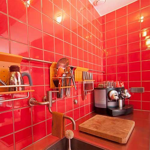 Rode tegels in een keuken