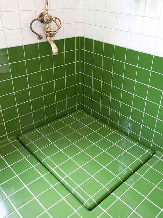 Slimme afvoer in een badkamer, gemaakt met ronde tegels