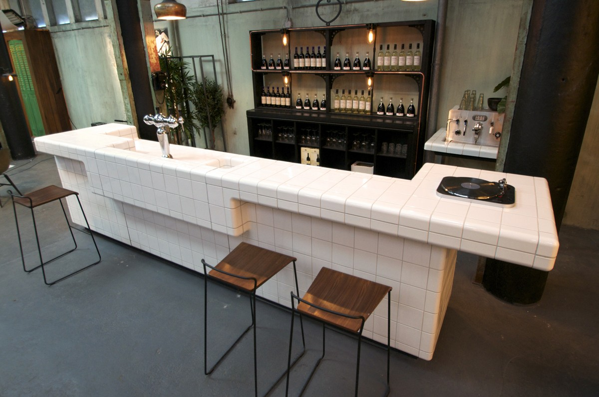 Toonbank met moderne tegels, brasserie