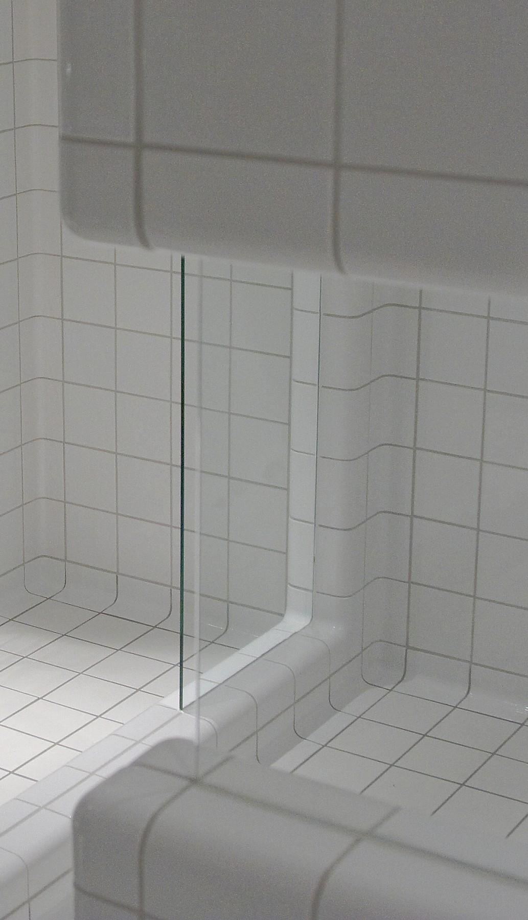 Betegelen van meubels met driedimensionale tegels in douche